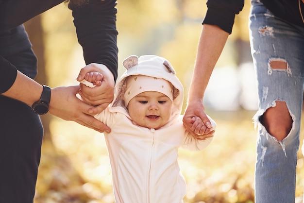 Close-up bekijken. vrolijke familie die plezier heeft samen met hun kind in een prachtig herfstpark.