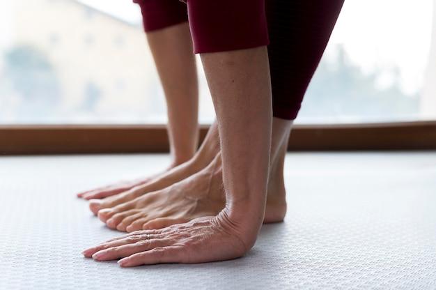 Close-up benen en handen van een senior vrouw