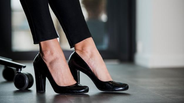 Close-up benen op hoge hakken