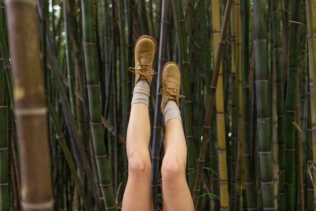 Close-up benen poseren met bamboe