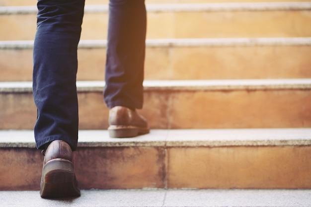 Close-up benen schoenen van jonge zakenman