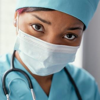 Close-up bezorgde vrouw met masker