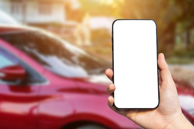Close-up bij de hand met een telefoon met een leeg scherm