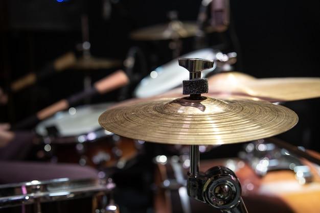 Close-up bijgesneden afbeelding van drumstel met cimbaal op een onscherpe achtergrond.