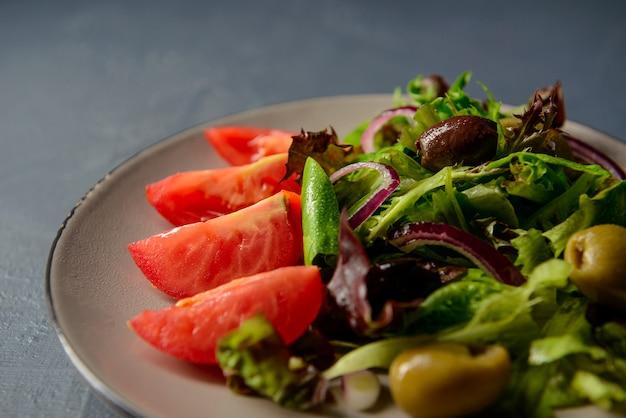 Close-up bijgesneden foto van de lente vitamine verse salade