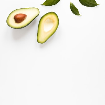 Close-up biologische avocado met kopie ruimte
