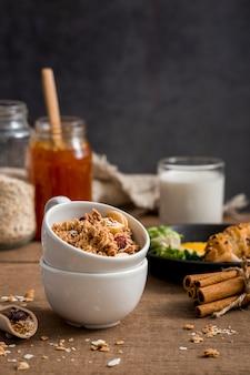 Close-up biologische granola met honing