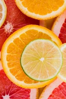 Close-up biologische sinaasappel en limoen segmenten