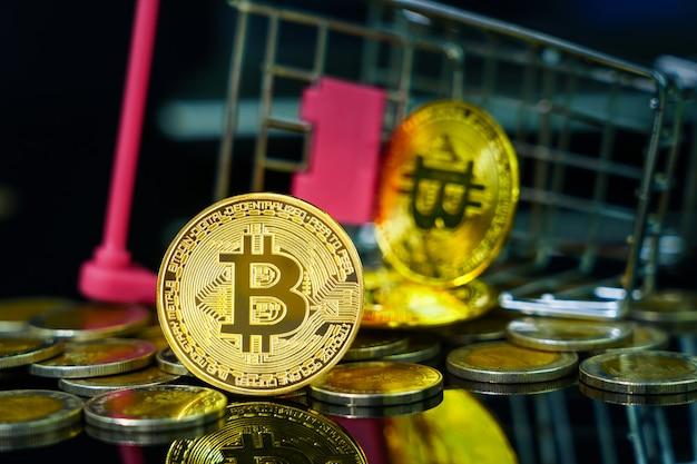 Close-up bitcoin munt in winkelwagen op zwarte achtergrond