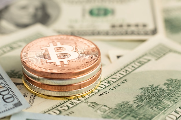 Close-up bitcoin stapel bovenop bankbiljetten