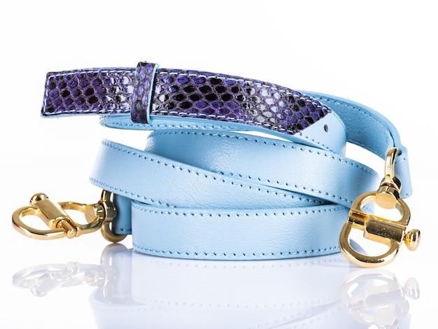 Close-up blauwe riem geïsoleerd op een witte achtergrond. accessoire