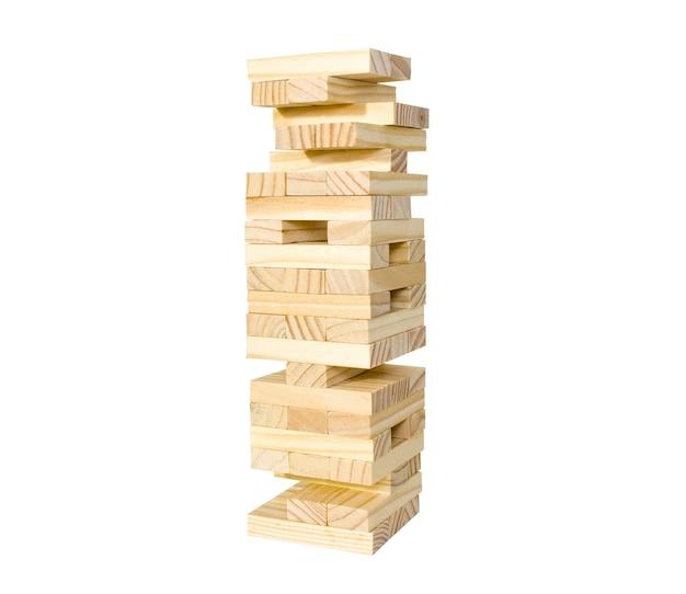 Close-up blokken houten spel jenga, geïsoleerd op een witte achtergrond