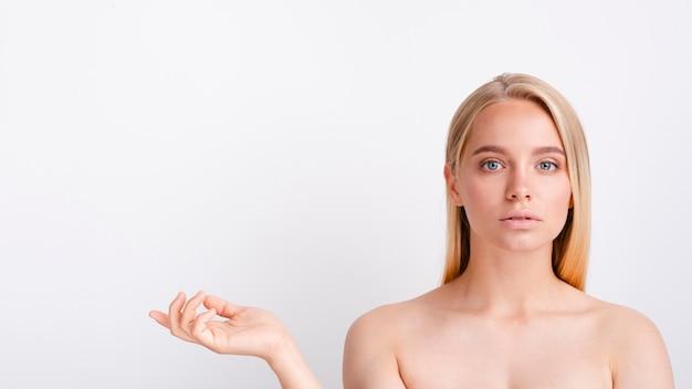 Close-up blondemodel met exemplaar-ruimte