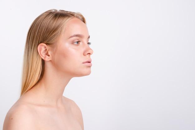 Close-up blondevrouw met exemplaar-ruimte en witte achtergrond