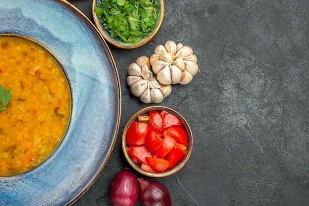 Close-up bovenaanzicht linzensoep een smakelijke linzensoep kruiden knoflook tomaten uien