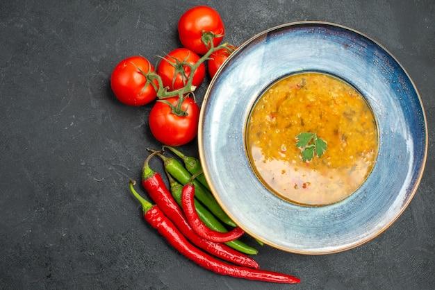 Close-up bovenaanzicht linzensoep linzensoep tomaten met steeltjes hete pepers