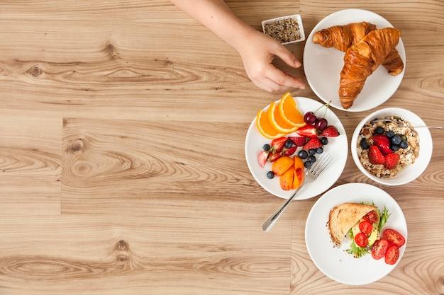 Close-up bovenaanzicht van een persoon met ontbijt