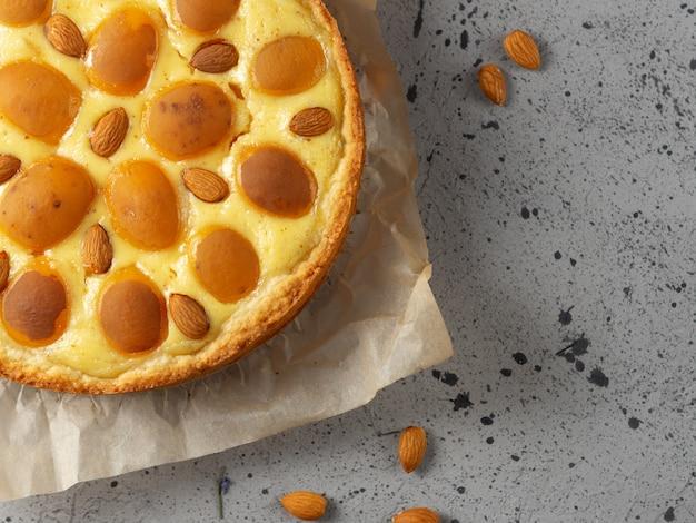 Close-up bovenaanzicht van zelfgemaakte abrikozencake met amandelen.