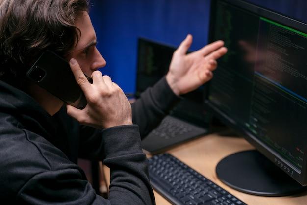Close-up boze man praten over de telefoon