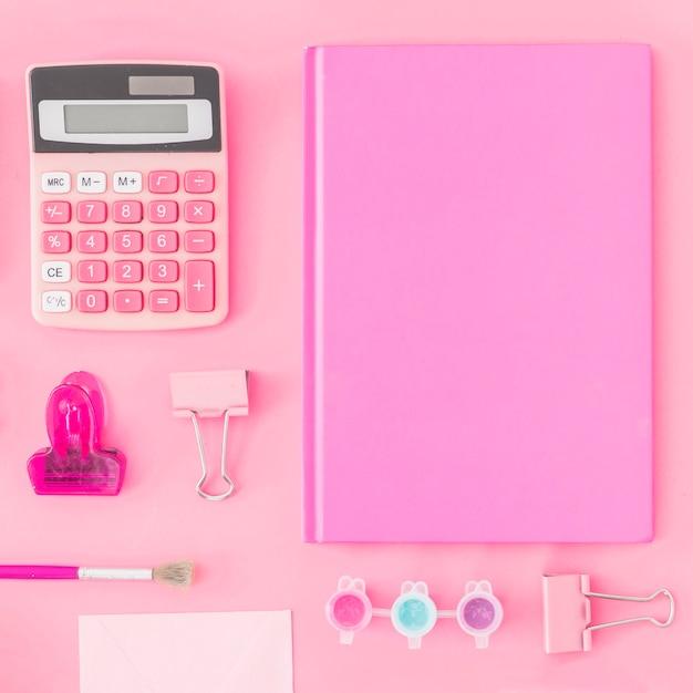 Close-up briefpapier op roze