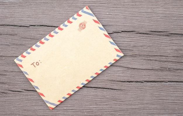 Close-up bruine envelop op oude houten geweven lijst