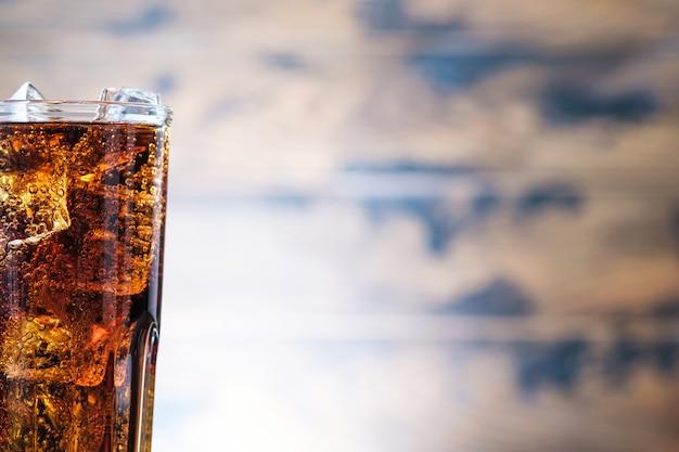 Close-up bruisende kola met bellen en ijs