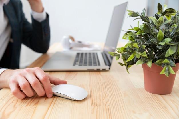 Close-up bureau met technologie en plant