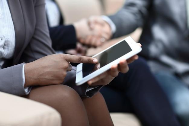 Close up.business vrouw raakt het scherm van digitale tablet.