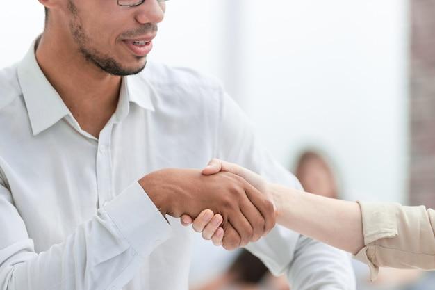 Close up.businessman handen schudden met zijn zakenpartner. concept van samenwerking