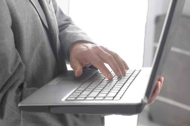 Close up.businessman typen op een laptop keyboard.isolated op witte achtergrond