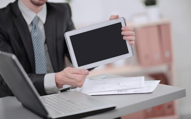 Close up.businessman weergegeven: tablet met leeg scherm.