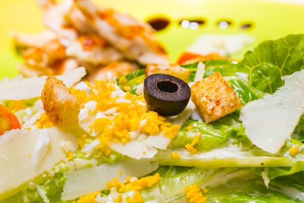 Close-up caesar salade met selectieve focus op zwarte olijf