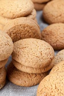 Close-up caloriearme havermoutkoekjes, koekjes gebakken met havermout en tarwebloem, niet zoete droge en knapperige koekjes met toegevoegde suiker