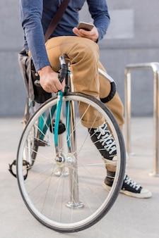 Close-up casual man zijn fiets beveiligen
