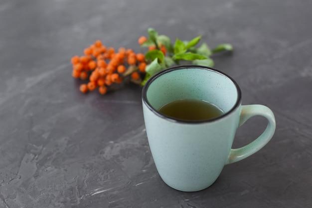Close-up ceramische kop met aromatische thee