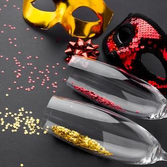 Close-up champagneglazen met glitter