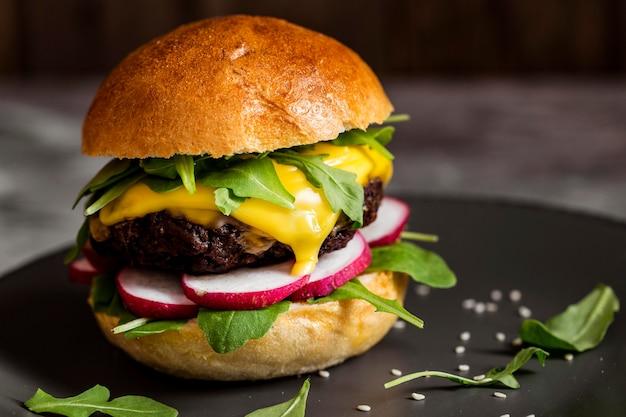 Close-up cheeseburger aan boord