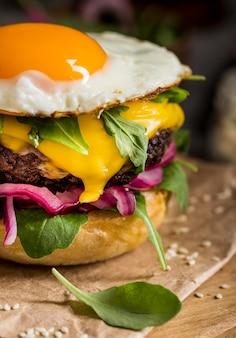Close-up cheeseburger met gebakken ei