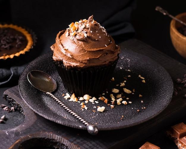 Close-up chocolade cupcake klaar om te worden geserveerd