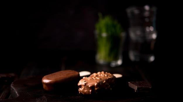 Close-up chocolade-ijs op de tafel