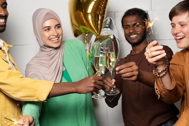 Close-up collega's feesten met ballon