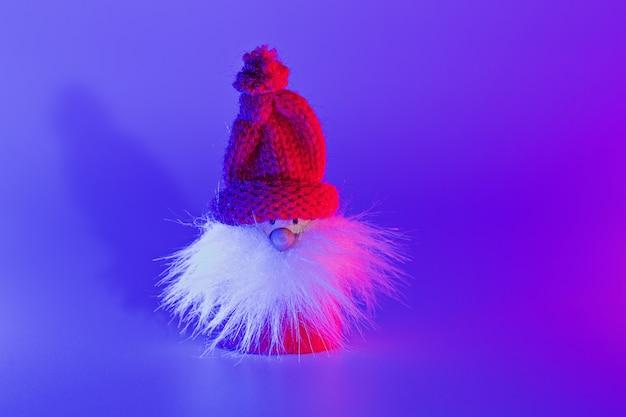 Close-up conceptuele kunst kerstman met schaduw in duotoon roze en blauwe lichten