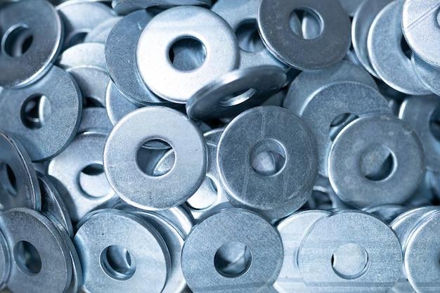 Close-up constructiedelen: moeren en ringen.