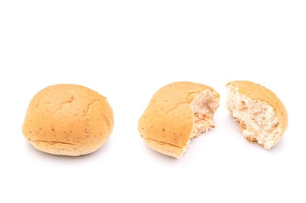 Close-up crab stick mayonaise whole wheat filled bun geïsoleerd op wit oppervlak