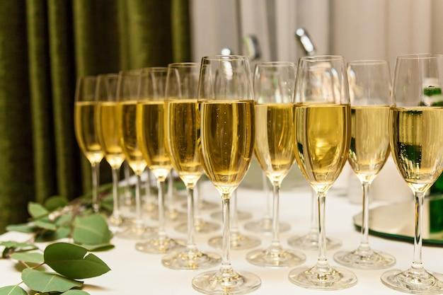 Close-up de glazen champagne op een tafel