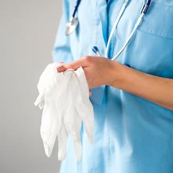 Close-up de handschoenen van de artsenholding