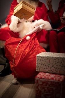 Close-up de kerstman met kerstmiszak