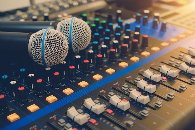Close-up de microfoon met geluidsmixer is in de studio