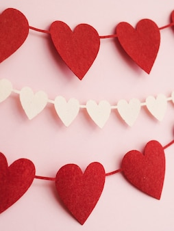 Close-up decoraties gemaakt van rode en witte harten