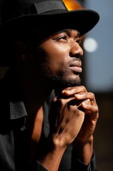 Close-up denkende man met hoed